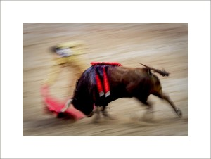 Spanish matador Daniel Luque performs a pass with capote to a Torrehandilla¥s bull during the last corrida of the San Fermin Festival, on July 14, 2012, in the Northern Spanish city of Pamplona . (c) Pedro ARMESTRE